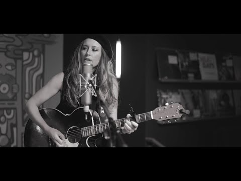 LERA LYNN // LIVE IN-STORE PERFORMANCE AT GRIMEY'S