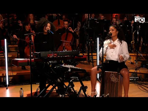 Ibeyi – Mama Says (Metropole Session) with the Metropole Orkest conducted by Jules Buckley