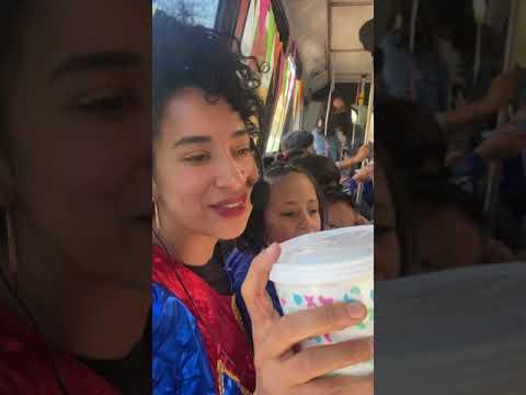 Flor Amargo cantando en la micro a los niños del orfanato @fundaciónrenacimiento.iap 💕