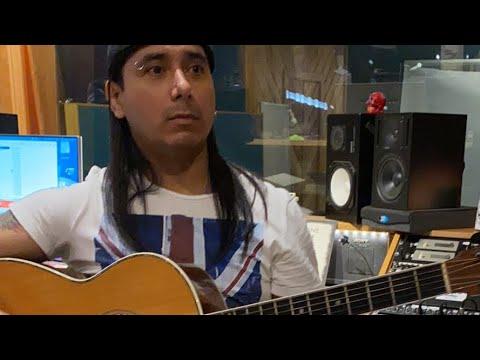 Víctor afinando su guitarra